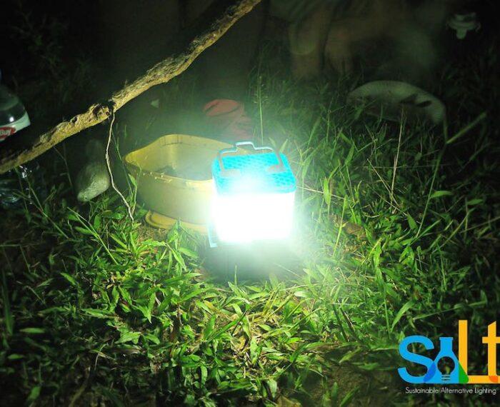 #Energía: Una lámpara que funciona 8 horas con un solo vaso de agua salada