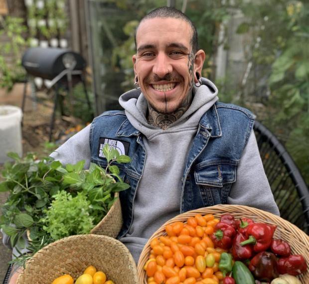 """#Sustentabilidad: Sin ir a la tienda de comestibles en 9 meses gracias a un pequeño huerto """"pandémico"""" inspirado por su abuelo"""
